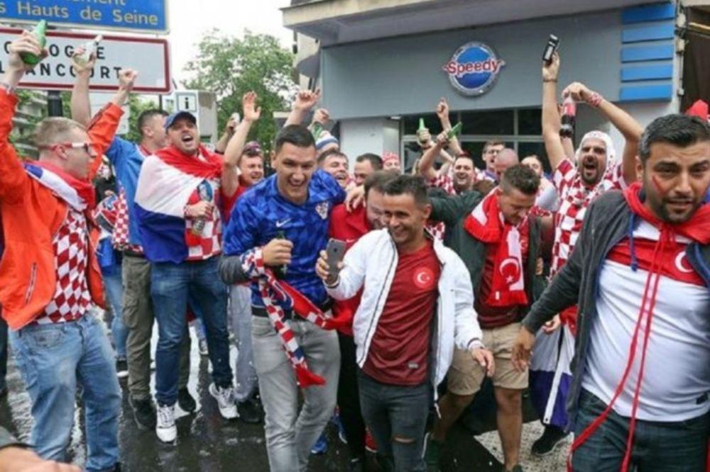 Euro 2016: Τραγουδούν μαζί Κροάτες και Τούρκοι (video)