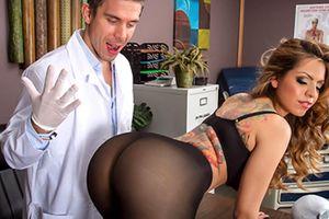 Γιατρός κάνει σεξ μέσα στο ιατρείο του και γίνεται viral! (video)