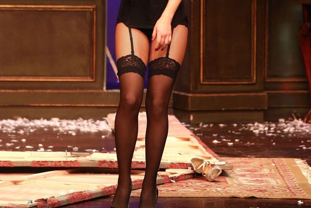 Το «καυτό» κορίτσι από τον Σερφερλή… με σέξι εσώρουχα στο θέατρο! (photos)