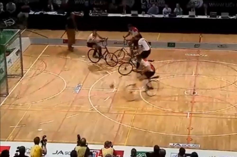 Μπορείς να παίξεις ποδόσφαιρο με… ποδήλατο; Κι όμως μπορείς! (video)