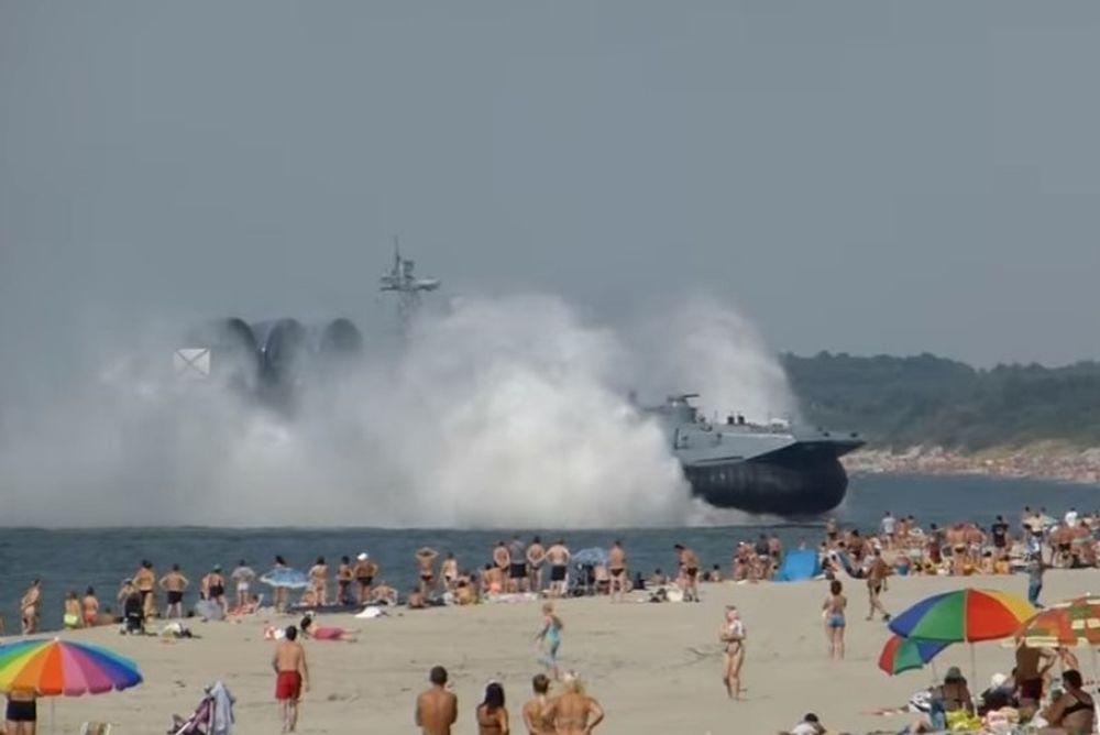 Απίστευτο! Πολεμικό πλοίο απείλησε ανθρώπους σε παραλία! (video)