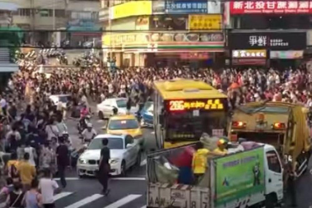 Ολόκληρο «μπούγιο» στους δρόμους για να πιάσουν σπάνιο Πόκεμον! (video)