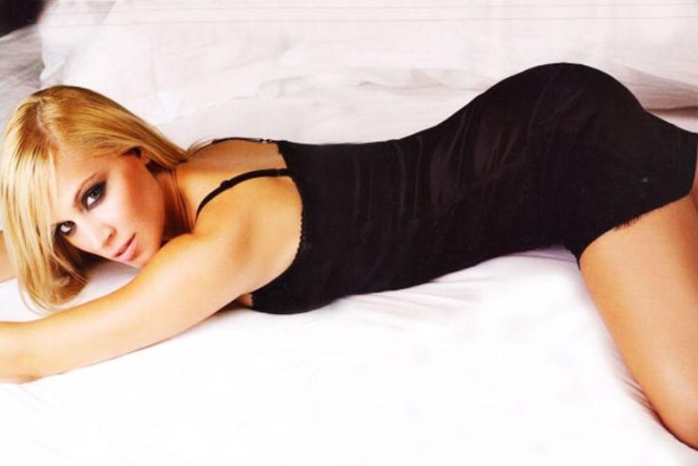 Μας «λύγισε» η Νάντια Μπουλέ με μαγιό! (photo)