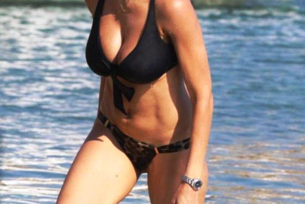 Ελληνίδα MILF-άρα τρέλανε τις παραλίες (photos)