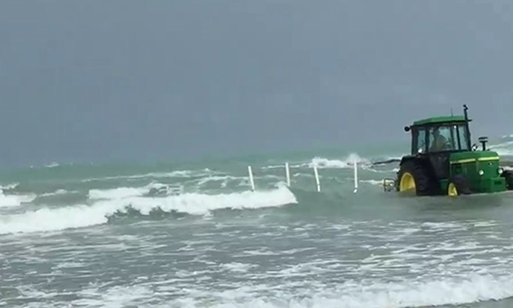 Μπορεί ένα τρακτέρ να βγάλει σκάφος από τη θάλασσα με αναμμένη μηχανή; (video)