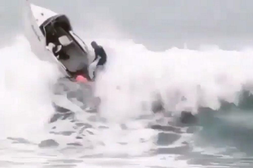 Απίστευτο βίντεο: Σκάφος γίνεται… έρμαιο του κύματος! (video)