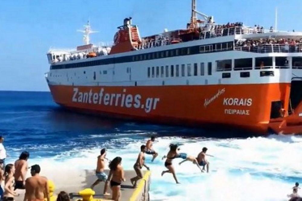 Ο συγκινητικός αποχαιρετισμός του «Αδαμάντιος Κοράης» από τη Σίκινο και ο δήμαρχος που… βούτηξε στη θάλασσα! (video)