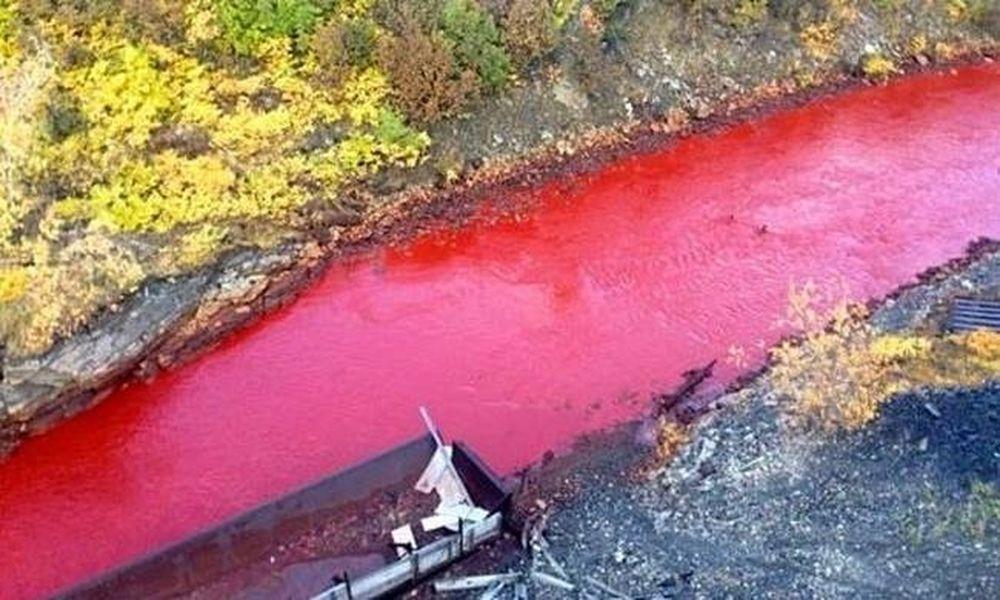 Δεν πίστευαν στα μάτια τους: Ποτάμι στη Ρωσία έγινε... κόκκινο! (pics)