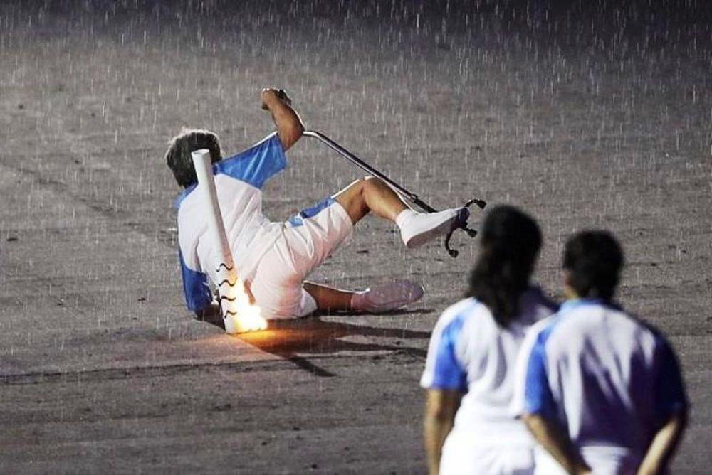 Παραολυμπιονίκης έπεσε, σηκώθηκε και αποθεώθηκε (photos+video)