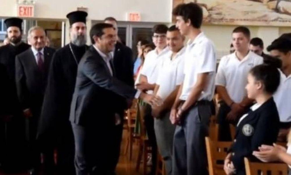 Αυτός είναι o λόγος που αρνήθηκε τη χειραψία με τον Αλέξη Τσίπρα ο νεαρός μαθητής