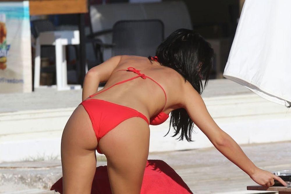 Ελληνίδα παρουσιάστρια βάζει φωτιά στην παραλία (photos)
