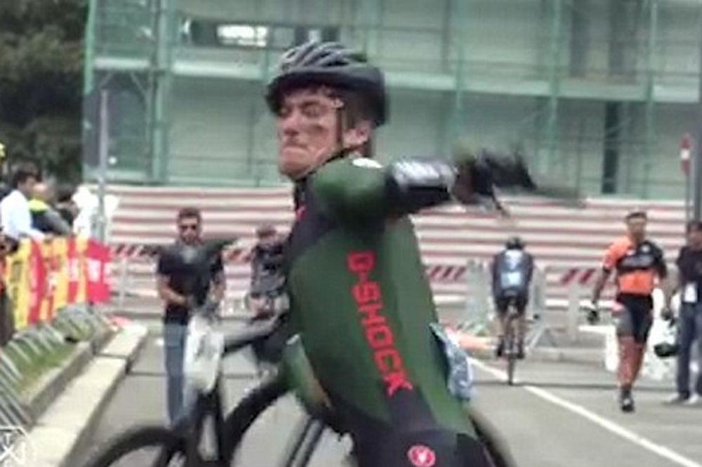 Δεν συγκράτησε τα νεύρα του και έσπασε το ποδήλατό του (video)