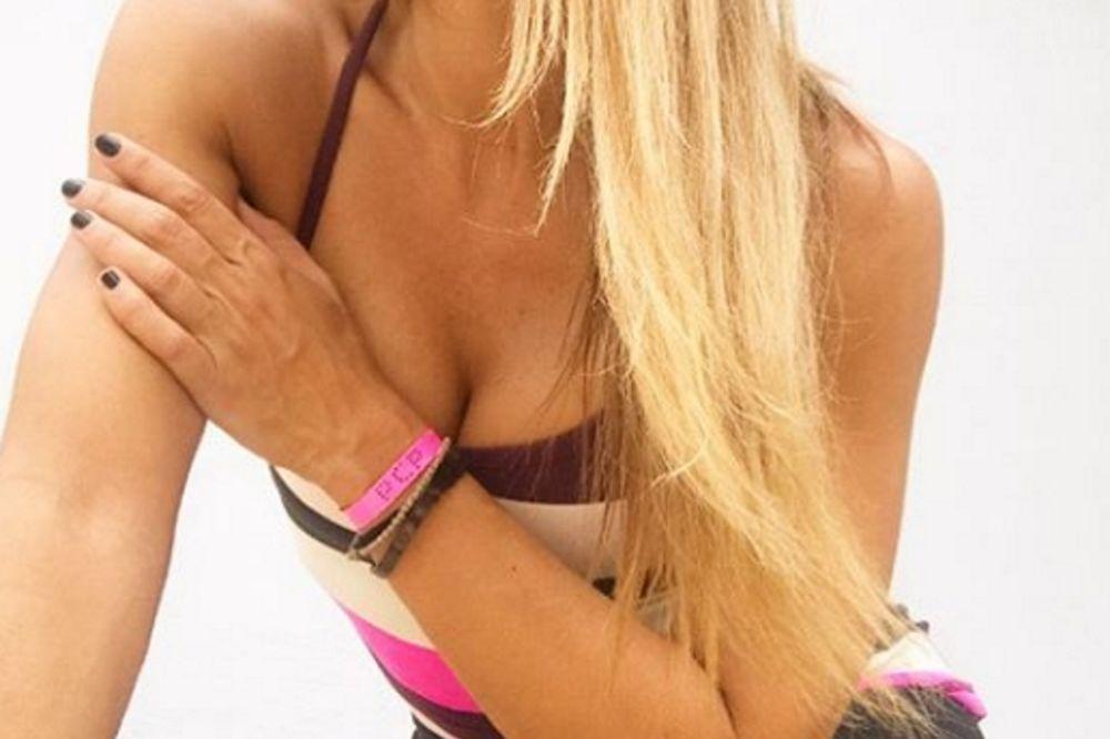 Όταν η Πετρουλάκη πιέζει το στήθος της (photos)
