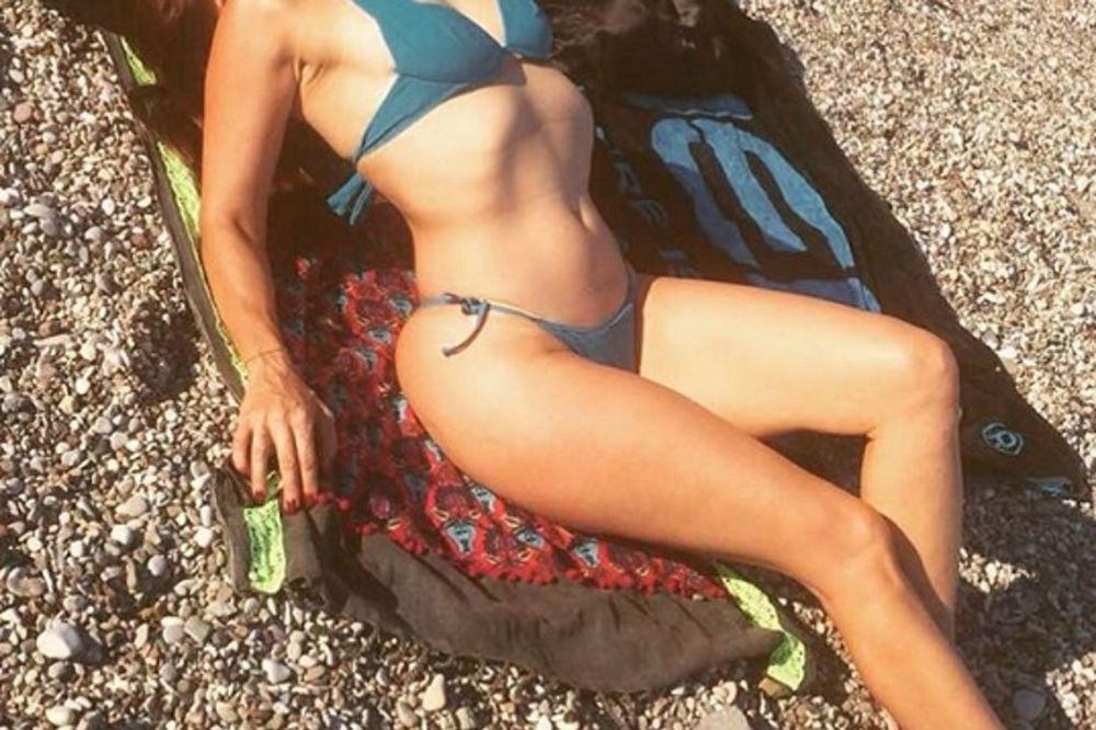 Σέξι Ελληνίδα χουζουρεύει και μας χαζεύει με την κορμάρα της! (photos)