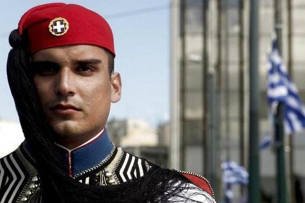Ο «άπλυτος» που έριξε μολότοφ στους Ευζώνους έκανε… επανάσταση;