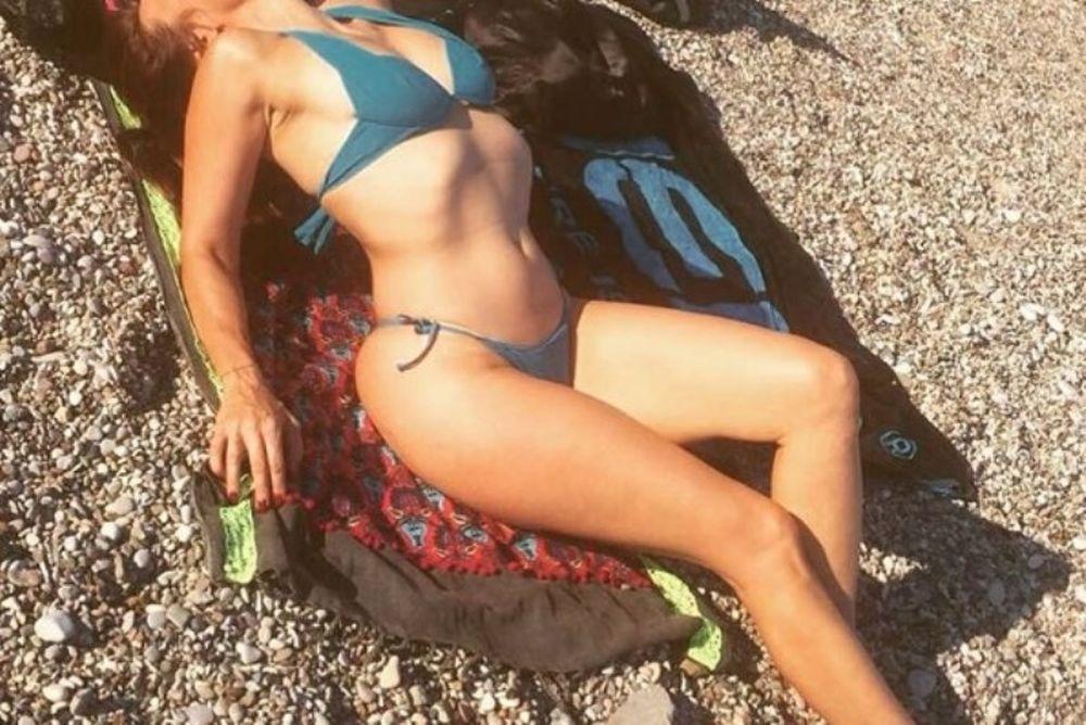 Αυτή είναι η απόλυτη Ελληνίδα 50άρα με την αδιανόητη πίσω… κίνηση! (photos)