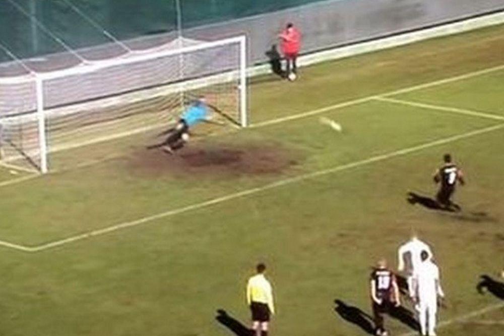 ΑΠΙΣΤΕΥΤΟ: Σκόραρε με πέναλτι και ο διαιτητής έδειξε άουτ! (video)
