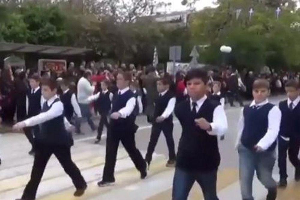Παρέλαση 28 Οκτωβρίου: Μαθητής έκανε… DAB μπροστά σε κάμερα! (video)