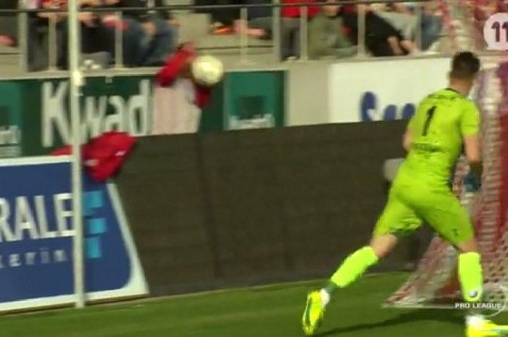 Απίστευτο! Τερματοφύλακας πέταξε μπάλα στο κεφάλι ball boy! (video)