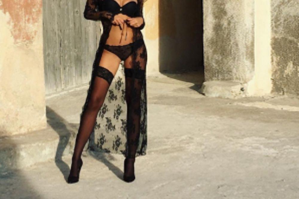 Ελληνίδα μοντέλο προκαλεί με τις ζαρτιέρες της (photo)