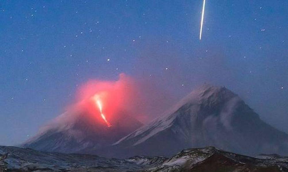 Μαγεία! Η έκρηξη ενός ηφαιστείου κι ένας μετεωρίτης καθρεφτίζονται σε λίμνη (pic)