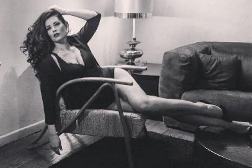 ΚΟΛΑΣΗ! Η Κορινθίου στον καναπέ… ΓΥΜΝΗ! (photo)