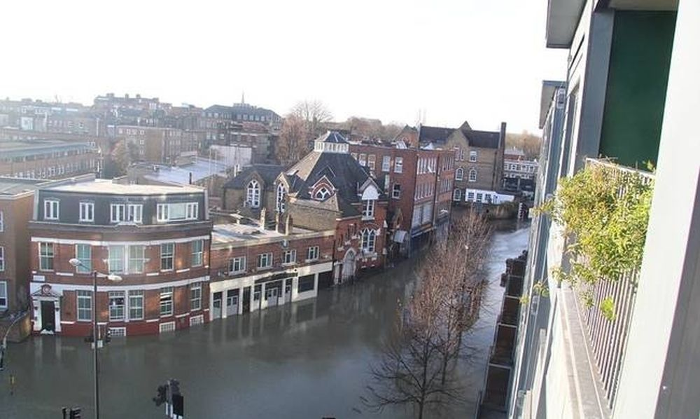 Ποτάμια οι δρόμοι στο Λονδίνο - Mε φουσκωτές βάρκες κυκλοφορούν στους δρόμους (pics+vid)