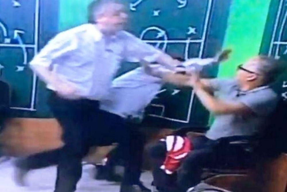 Πρόεδρος πλάκωσε στα… μπουκέτα δημοσιογράφο στον αέρα! (videο)