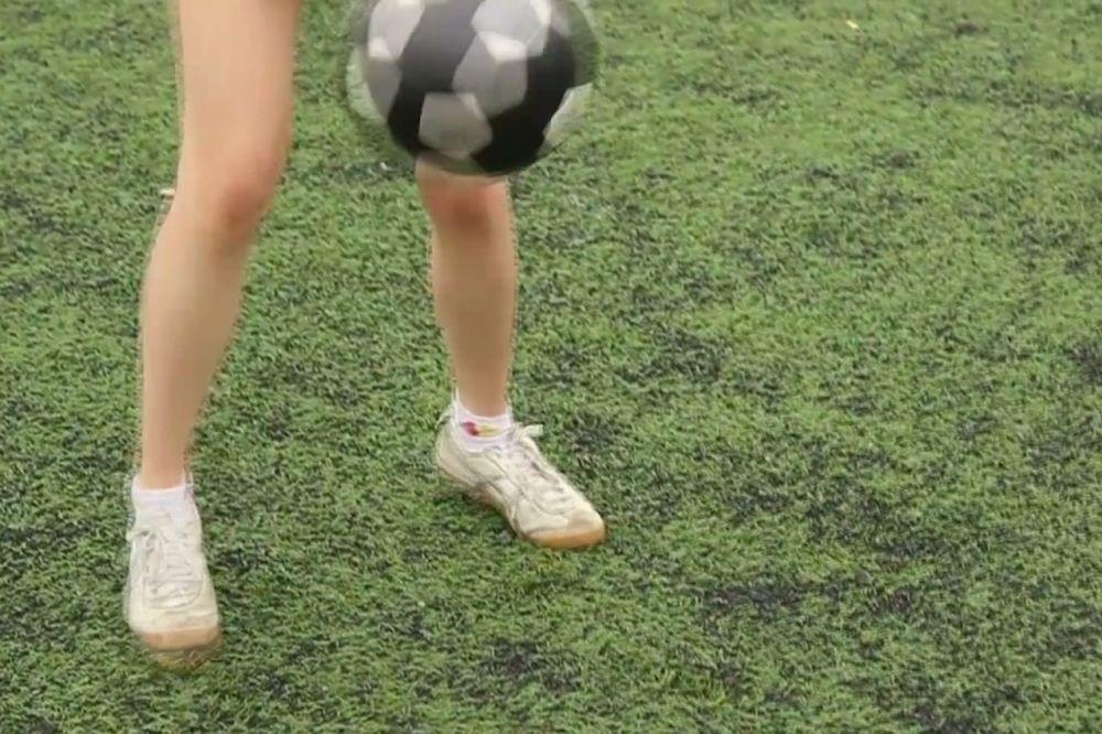 Τρελό! Δείτε τι κάνει αυτή η κοπέλα με την μπάλα (video)