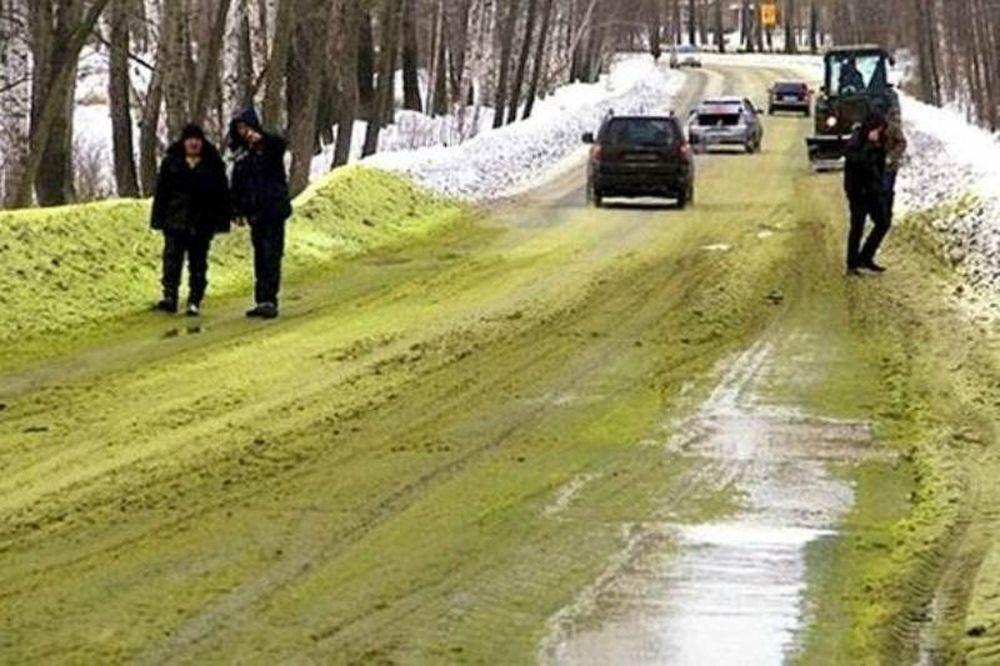 Απίστευτο: Οι δρόμοι καλύφθηκαν με πράσινο χιόνι στη Ρωσία - Τι συνέβη; (photos)