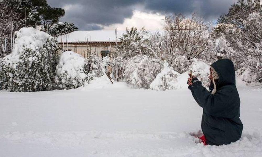 Καιρός: Χιόνια και πολικό ψύχος μέχρι την Πέμπτη - Πού θα το στρώσει τις επόμενες ώρες