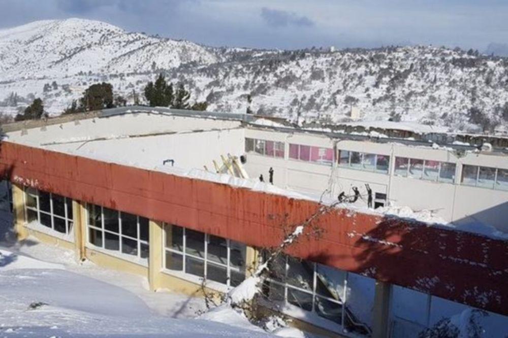 Απίστευτο κι όμως ελληνικό: Κατέρρευσε σκεπή κλειστού γυμναστήριου από το χιόνι! (photo)