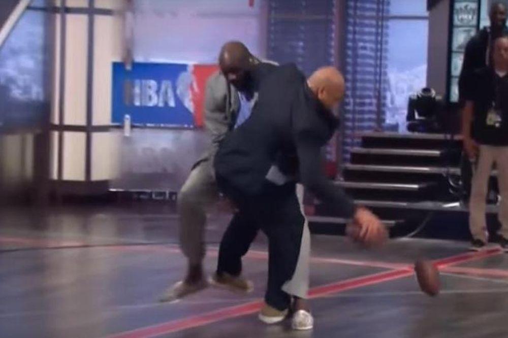 Δεν υπάρχει ο Σακίλ: Έριξε στο πάτωμα τον Μπάρκλεϊ! (videos)
