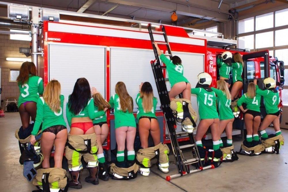 Γυναικεία ομάδα ποδοσφαίρου ρίχνει τα social media με «πικάντικη» φωτογραφία