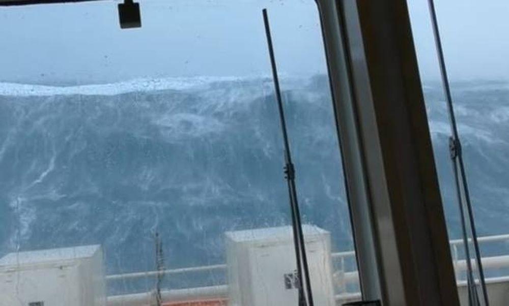 Κόβει την ανάσα: Σκάφος δίνει μάχη με κύματα 20 μέτρων! (vid)