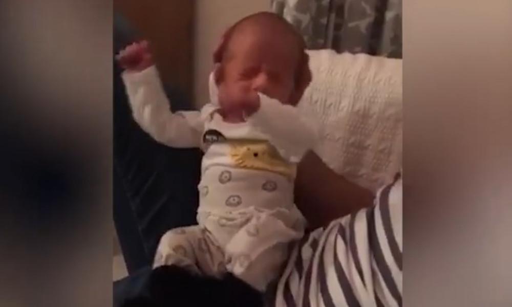 Επικό! Νεογέννητο μωρό είναι ο… βασιλιάς του DAB!