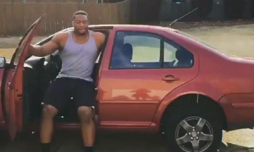 Τι κάνει ο τύπος: Σηκώνει αυτοκίνητο για ζέσταμα!