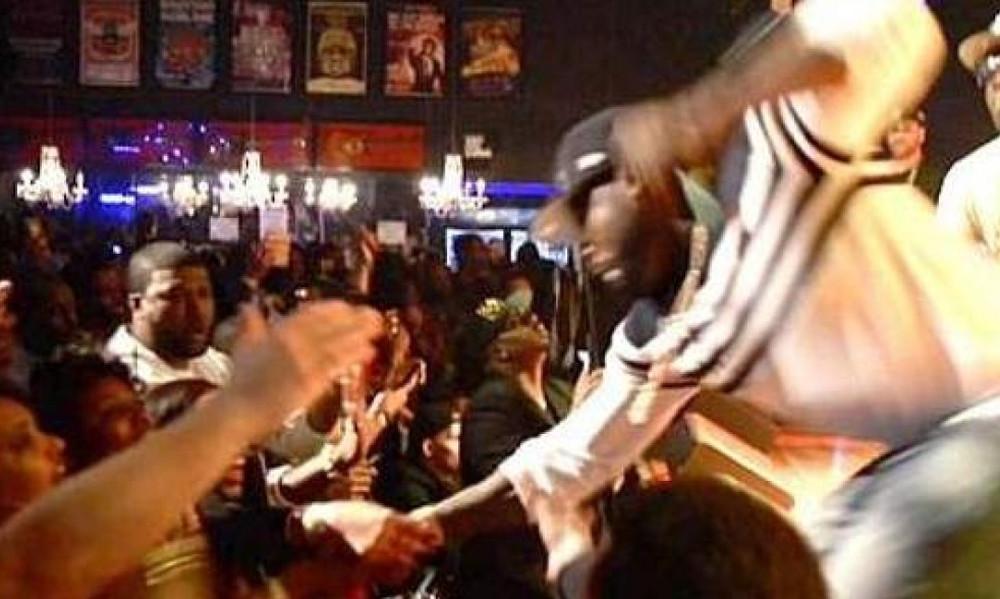 Σοκ: Ο 50 Cent έριξε γροθιά σε θαυμάστρια πάνω στη σκηνή!