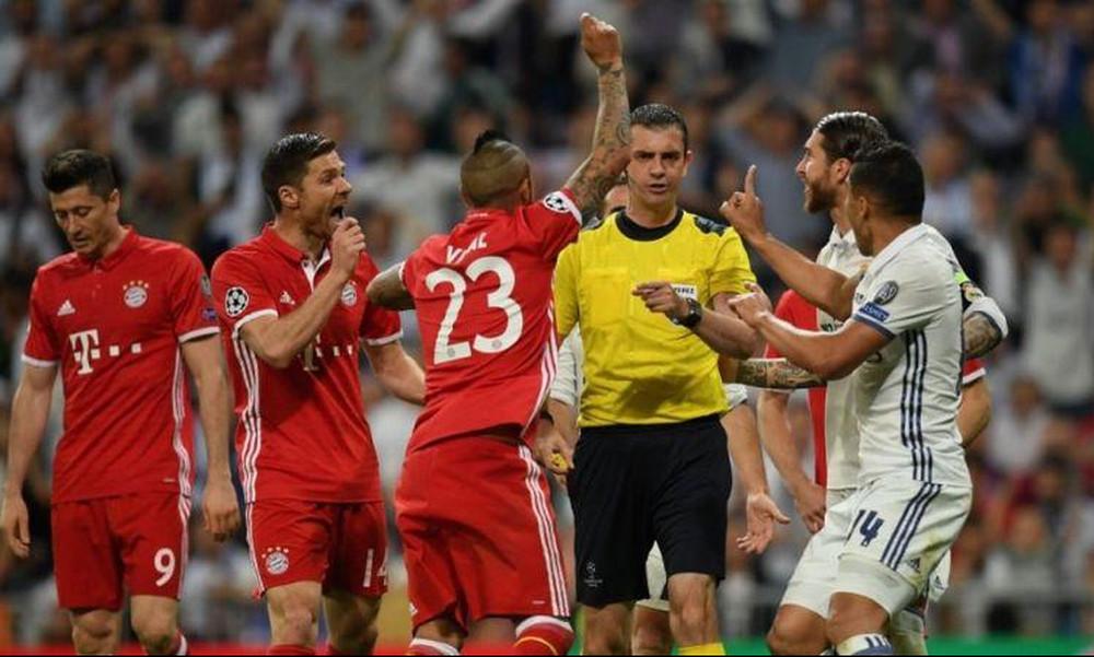 Champions League: Τρεις παίκτες της Μπάγερν πήγαν να ορμήξουν στο διαιτητή!