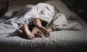 Βρήκε τη σύντροφό του με άλλον στο κρεβάτι, η αντίδραση του έγινε Viral