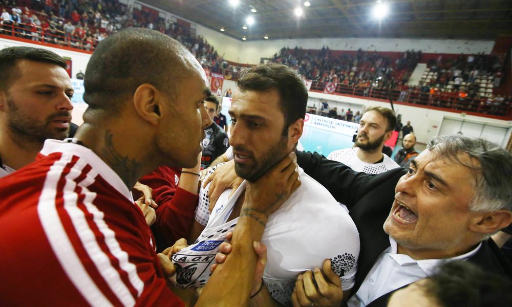 Ολυμπιακός – ΠΑΟΚ: Τρομερές καταγγελίες, οπαδοί του Ολυμπιακού πέταξαν κροτίδα στα αποδυτήρια