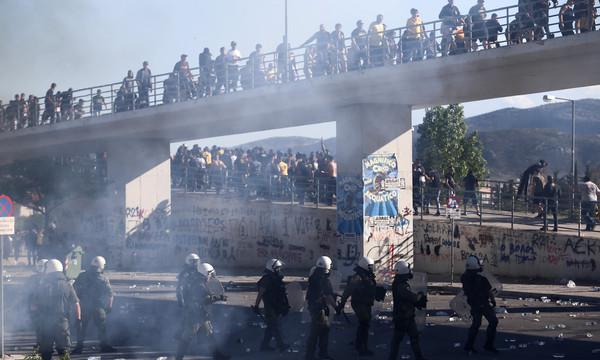 ΠΑΟΚ-ΑΕΚ: Χαμός στο Πανθεσσαλικό – Οπαδοί πλακώνονται έξω από το γήπεδο!