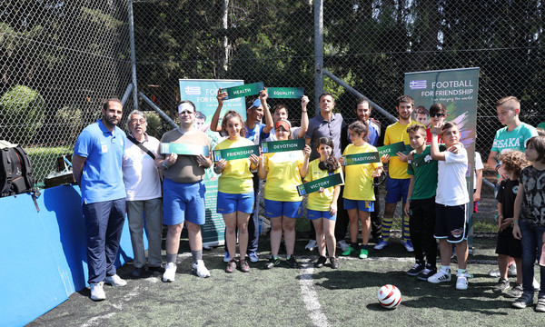 Football for Friendship: Ο Τάκης Φύσσας και οι δύο πρεσβευτές δίπλα στο Σωματείο ΑΜΕΑ «Κεραυνός»