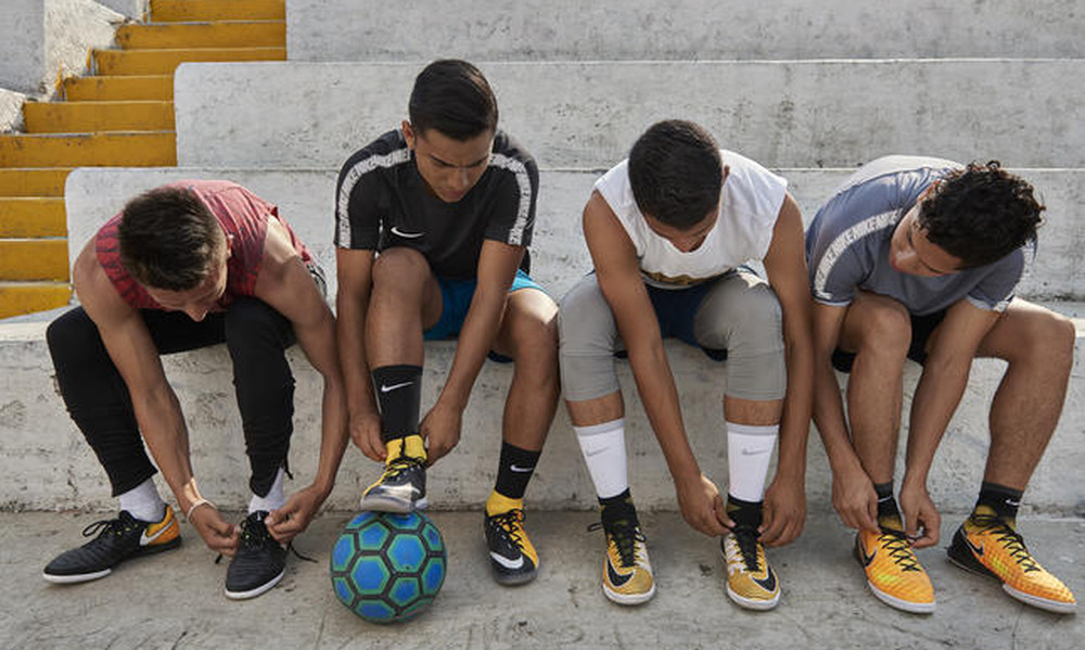 Δέσε τα κορδόνια σου και αφέσου στο νέο Football Colorway της Nike