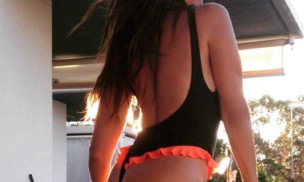 Ελληνίδα 50άρα στο μπαλκόνι με καυτό στρινγκ!