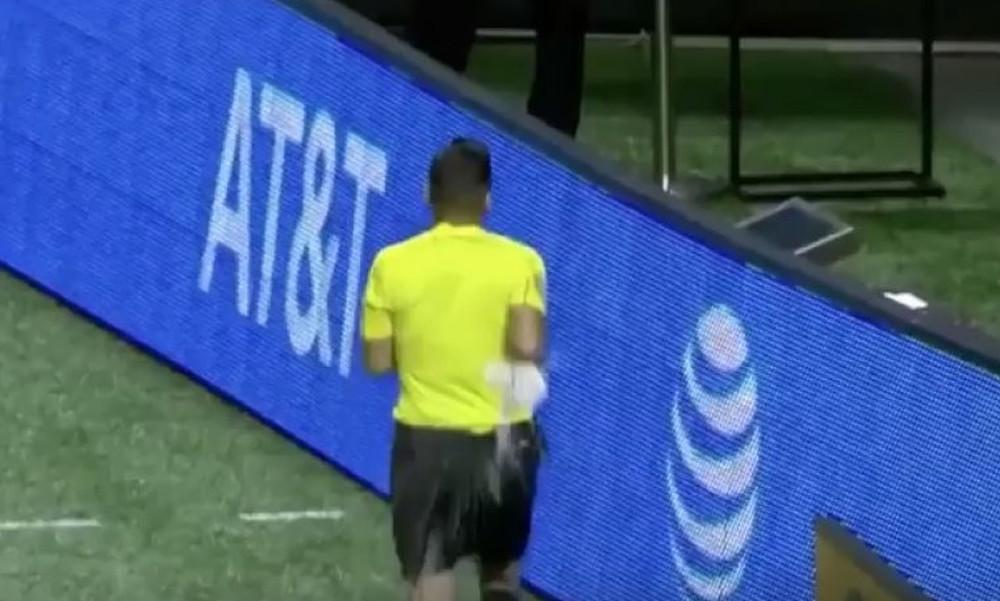 Διαιτητής δέχθηκε μπουκάλι όταν πήγε να δει το video replay (video)