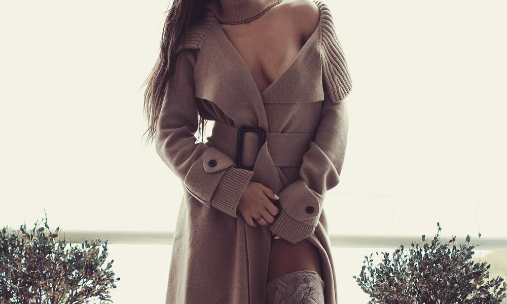 Ελληνίδα τραγουδίστρια έριξε το Instagram! Έβαλε καμπαρτίνα χωρίς εσώρουχα!