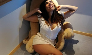 Κόλαση! Η Μάγκυ ποζάρει γυμνή στο κρεβάτι της!