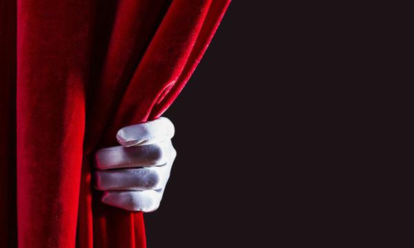 Πρωτοφανές περιστατικό στο θέατρο: Θεατής την «είπε» στην πρωταγωνίστρια: «Κλείσε τα πόδια σου!»