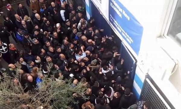 Χαμός στο Γιάννενα: Έσπασαν την πόρτα και μπούκαραν στο γήπεδο οπαδοί του ΠΑΟΚ! (videos)